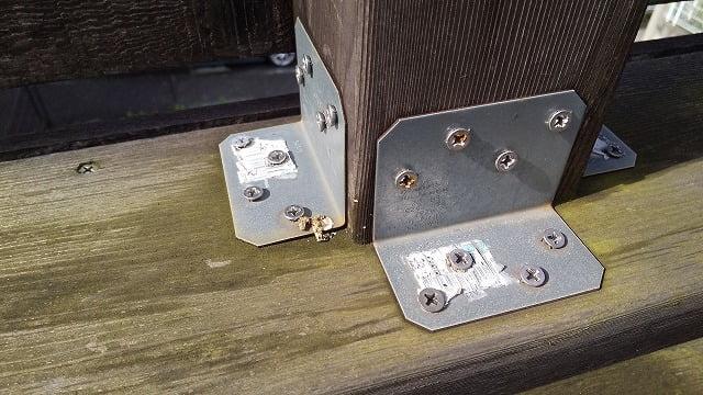 2Fデッキ手摺柱脚②:手摺子足元の金物固定に使用しているビスの写真画像の二枚目