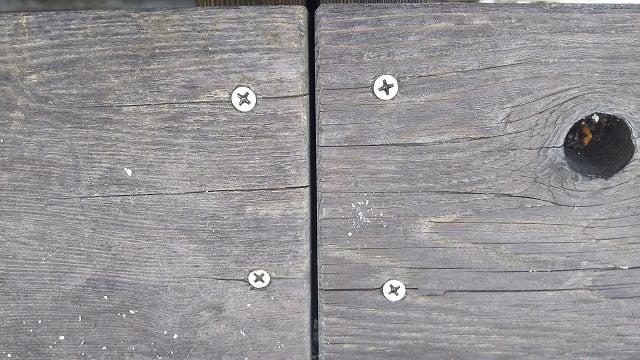 2Fデッキ床板②:一般の床板部分のSUS410ビス頭を撮影した写真画像