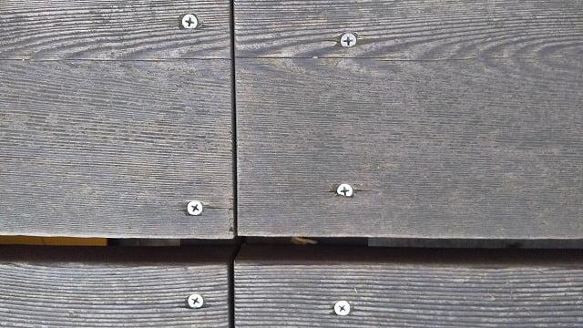 1Fデッキ床板②:1Fデッキ床板のビス頭の写真画像の二枚目