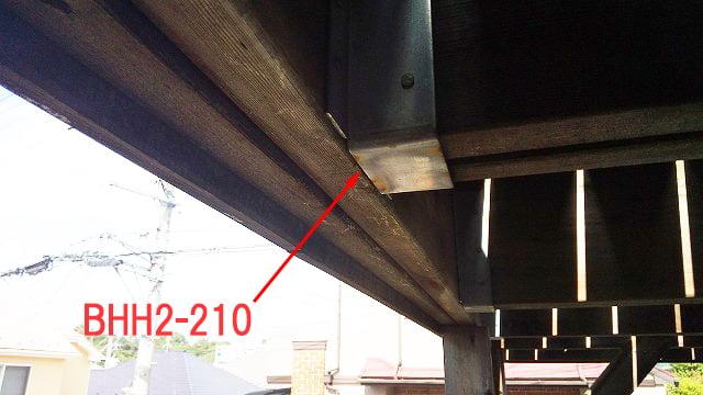 2Fデッキ梁下の梁受け金物の見上げの写真:梁下に施工されている、とあるメーカーさんの梁受金物に発生している錆の写真画像
