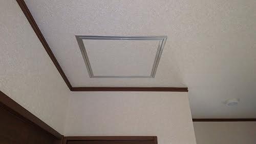 筆者の建売マイホームの1F廊下に追加した天井点検口 を撮影した写真画像