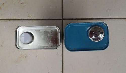 外観を上からみた写真画像:左が「防水一番」、右が「かびZero」