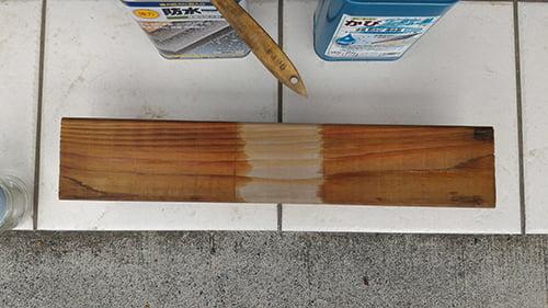 塗布後15分経過後の乾燥具合を写した写真画像:左が「防水一番」、右が「かびZero」