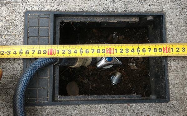 筆者の建売マイホームの散水栓にスケールを当てた計測写真の画像