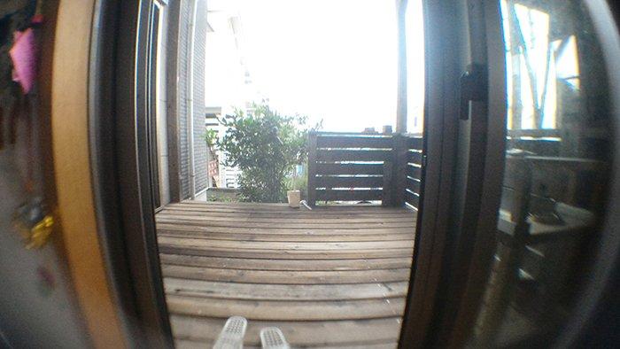 セルカレンズを取り付けて撮影した1Fウッドデッキの写真画像 ※リビングと和室をぶち抜いてつなげるリフォーム後の写真撮影に使った広角レンズ(セルカレンズ)