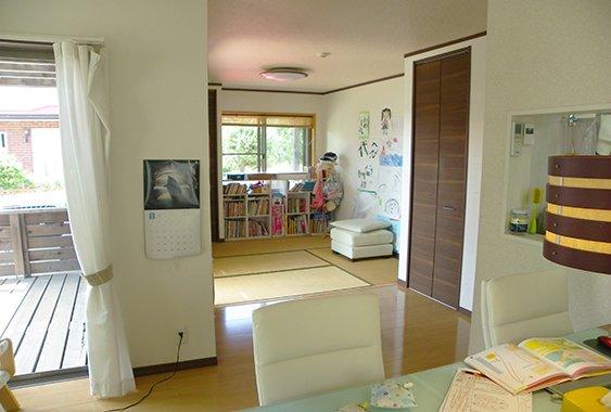 ダイニング側から見た和室(畳コーナー)を撮影した写真画像(リビングと和室をぶち抜いてつなげるリフォーム後)