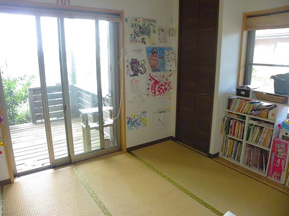 リビングと和室をぶち抜いてつなげるリフォーム後の和室を、当時の出入り口側から似たような角度で撮影した写真画像