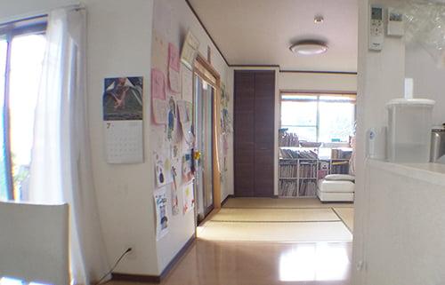 リビングと和室をぶち抜いてつなげるリフォーム後のダイニングから和室方向(西)を撮影した写真画像