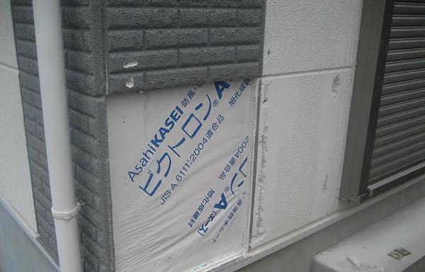 既存の外壁を剥がし始めている部分を撮影した写真画像(リビングへのプチ増築に係る工事写真4)