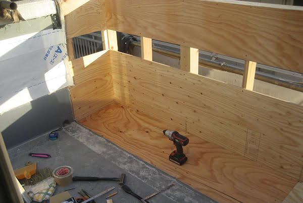 広がるバルコニーを造作しているところを撮影した写真画像(リビングへのプチ増築に係る工事写真7)