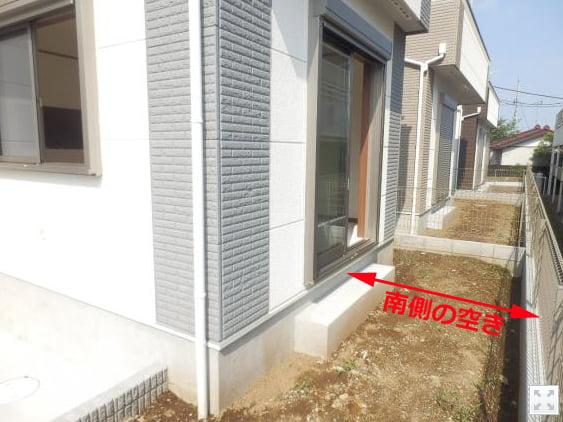 リビング増築リフォーム前の南側の空き(離隔距離)の狭さを撮影したコメント入り写真画像(当初写真)