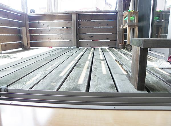 入れ替えた掃き出し窓から低い視線で外部の1Fウッドデッキを撮影した写真画像