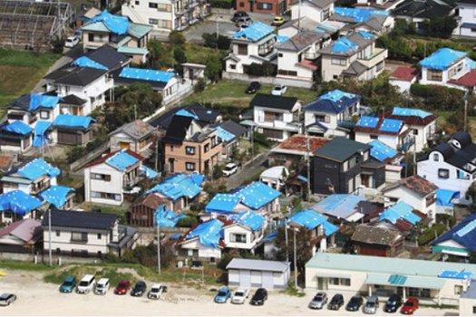 東京新聞さんサイトからのスクリーンショット:千葉県の2019年台風15号通過後の写真画像 ※風災による屋根の損害につき、原則として火災保険によるリフォームや修繕が可能な例