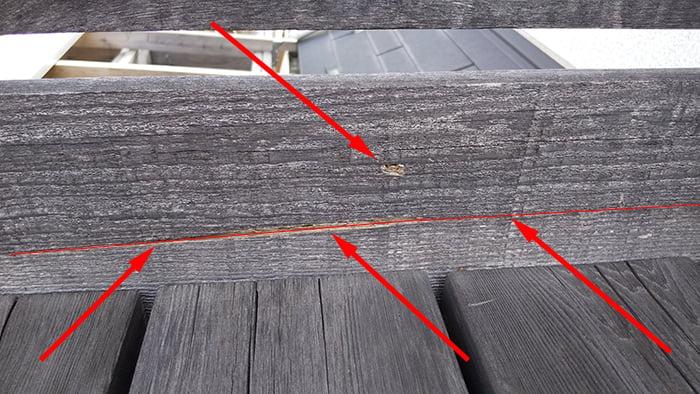手すりの破損部分に亀裂の位置を朱書きで追加した写真画像