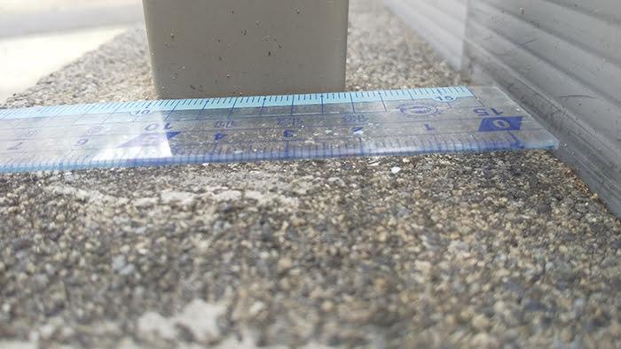 フェンス柱の断面寸法の計測を計測している写真画像②奥行の寸法