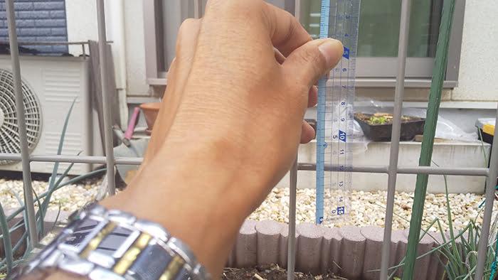 格子(メッシュ)の横部材の縦方向のピッチ(間隔)を計測している写真画像