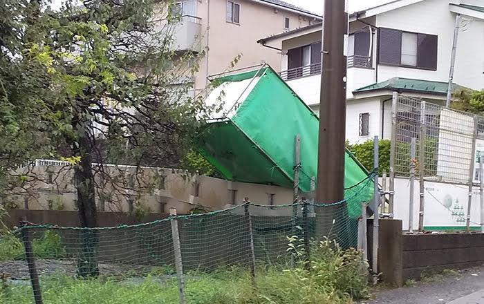 近所の工事現場の仮設トイレが倒れている様子の写真画像