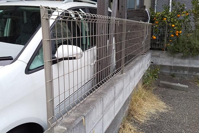 曲げられたフェンスをDIYで自分で補正後、目立たない箇所に入れ替えたフェンスを撮影した写真画像