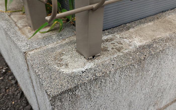 三回目のフェンスの破損(曲がった)状況④灰らの根元を拡大した写真画像(柱の根元)