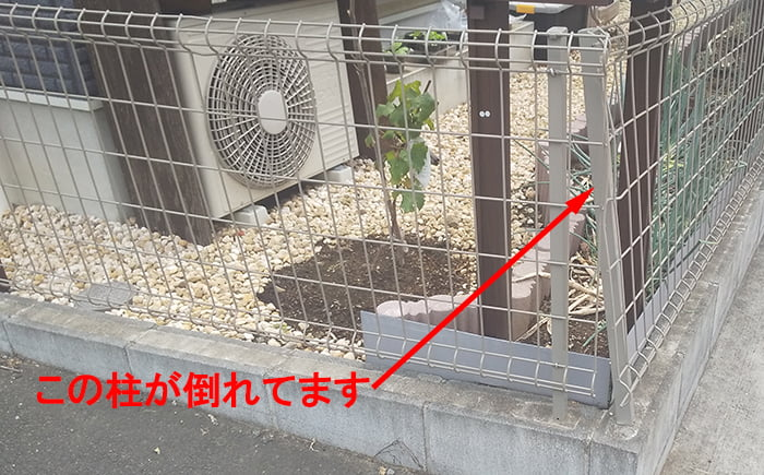 折れ曲がってしまったフェンス柱を撮影した写真画像1 ※DIYフェンス交換修理解説用画像