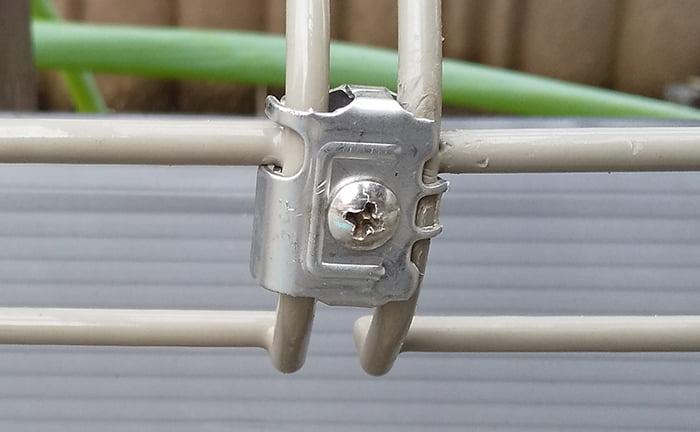 フェンス本体の前写真の反対側からみた「直線継手」を拡大して撮影した写真画像 ※DIYフェンス交換修理解説用画像