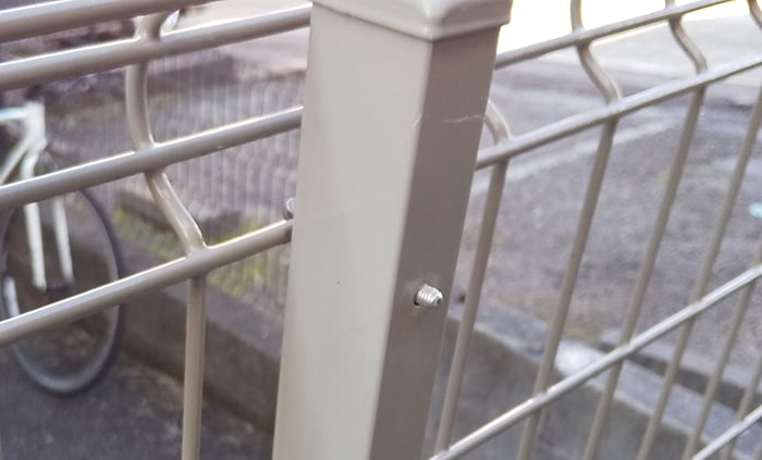 フェンス柱の裏側から出っ張ったネジ山部分を撮影した写真画像 ※DIYフェンス交換修理解説用画像