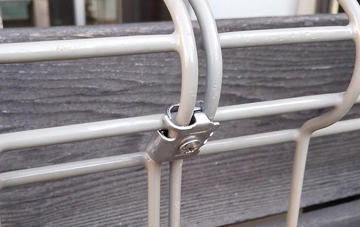 フェンス本体の直線継手を取り付けた状態を斜め左から撮影した写真画像 ※DIYフェンス交換修理解説用画像