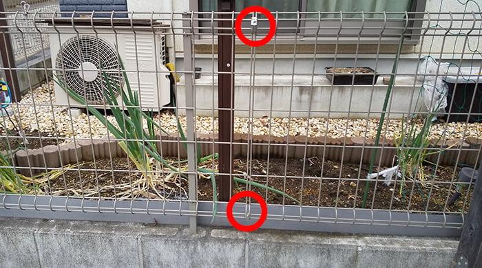 フェンス本体の直線継手を取り付けるべきと思われる個所を示した写真画像 ※DIYフェンス交換修理解説用画像