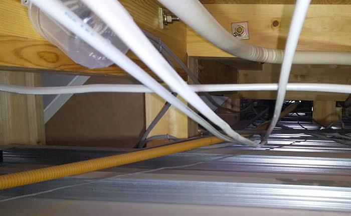 天井裏を這い回る電気配線を撮影した写真画像