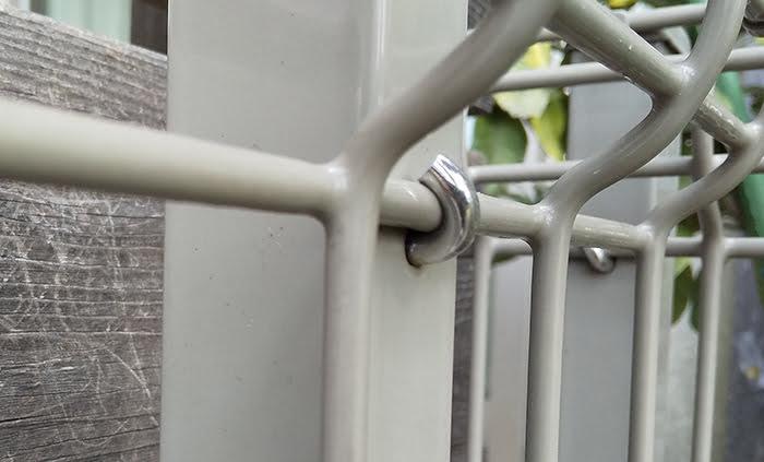 フェンス支柱の固定フック部を拡大して撮影した写真画像