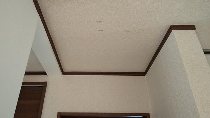筆者の建売マイホームの、今回、天井点検口を付けようとしている箇所の写真画像 ※天井点検口を開ける(天井へ点検口を作る)準備作業の天井下地の読み方解説画像2