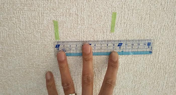 下地センサーでみつかった下地位置と思われる位置のマーキングの寸法確認をしている写真画像(下地センサーの使い方解説用6)