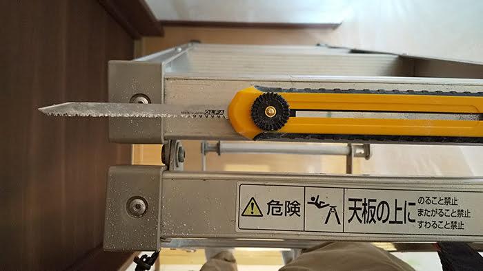 作業中の217Bを撮影した写真画像 ※天井点検口の開口に使用するカッター(ノコ)の例