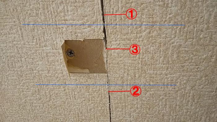 ビスのある箇所のクロスをめくった状態の写真に下地位置と解説コメントを書き込んだ写真画像 ※天井点検口の開け方(天井への点検口の作り方)解説画像5