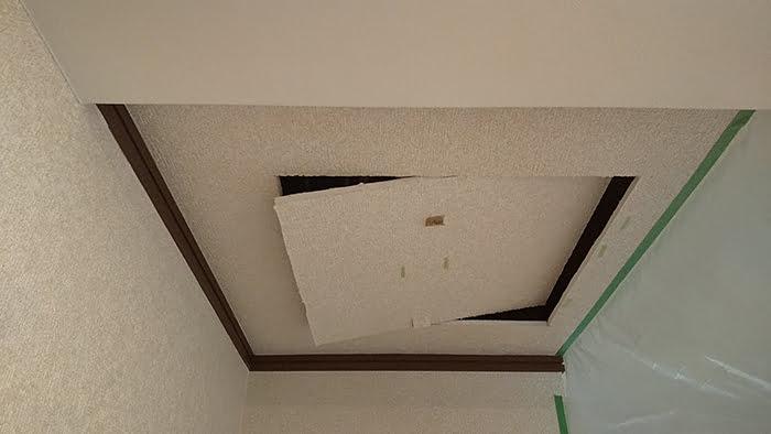 ようやく外れてきた天井ボードを撮影した写真画像 ※天井点検口の開け方(天井への点検口の作り方)解説画像7