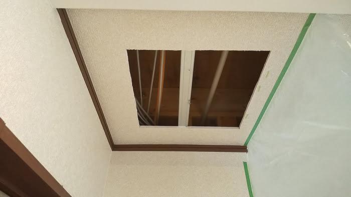 カットした天井ボードを外した状態を撮影した写真画像 ※天井点検口の開け方(天井への点検口の作り方)解説画像8