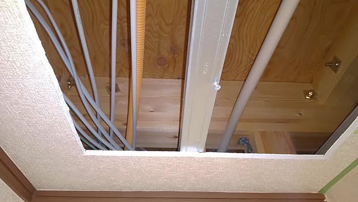 天井点検口を付ける位置のLGS下地と天井裏の様子を撮影した写真画像 ※天井点検口の開け方(天井への点検口の作り方)解説画像11
