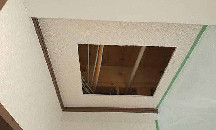 下地カットが完了し天井開口が孔いた状態を撮影した写真画像 ※天井点検口の開け方(天井への点検口の作り方)解説画像14
