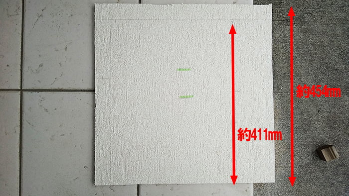 454mmから411mmへのカット線を入れた状態のボードを撮影した写真画像 ※天井点検口の開け方(天井への点検口の作り方)補足画像3-4