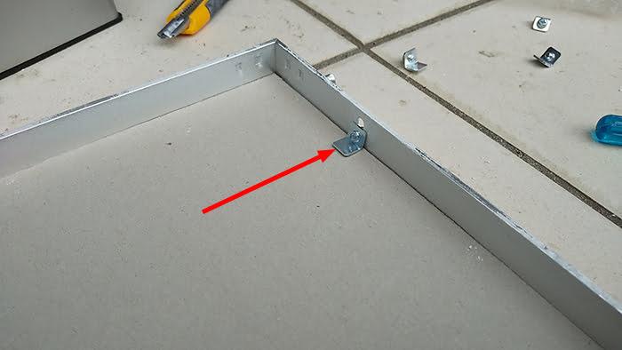 蓋(フタ)枠にボードを固定することになる金物を撮影した写真画像 ※天井点検口の開け方(天井への点検口の作り方)補足画像3-5