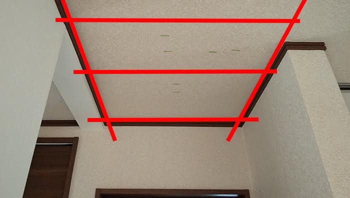木造天井の場合の基本的な下地位置を示した写真画像 ※天井点検口を開ける(天井へ点検口を作る)準備作業の天井下地の読み方解説画像3