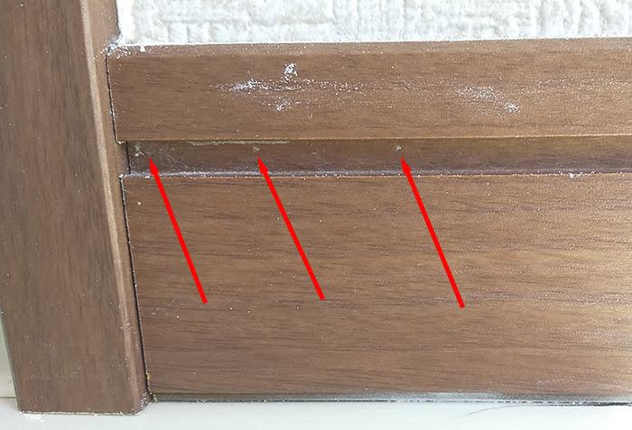 巾木に打たれた隠し釘の位置(左側)を示した写真画像 ※巾木の外し方(巾木の剥がし方)解説用写真画像7