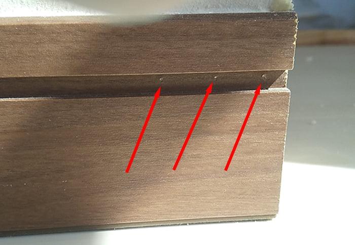 巾木に打たれた隠し釘の位置(右側)を示した写真画像 ※巾木の外し方(巾木の剥がし方)解説用写真画像8