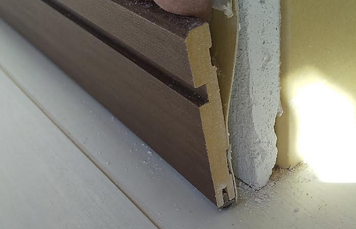 巾木が少し浮いてきた様子を撮影した写真画像① ※巾木の外し方(巾木の剥がし方)解説用写真画像11