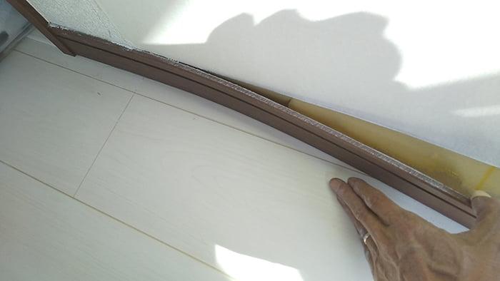 巾木が少し浮いてきた様子を撮影した写真画像① ※巾木の外し方(巾木の剥がし方)解説用写真画像12