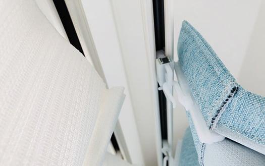 レールを裏側の下から見上げた状態の参考画像:カーテンとカーテンレールの位置関係