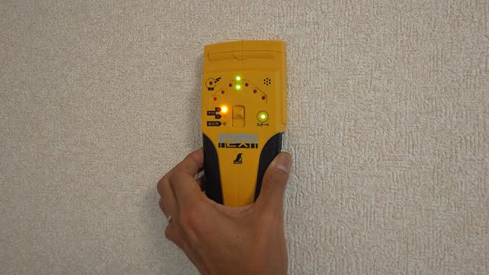 下地センサー:EX 78657を壁に当てている状態を撮影した写真画像(実際は壁面でなく天井面です)