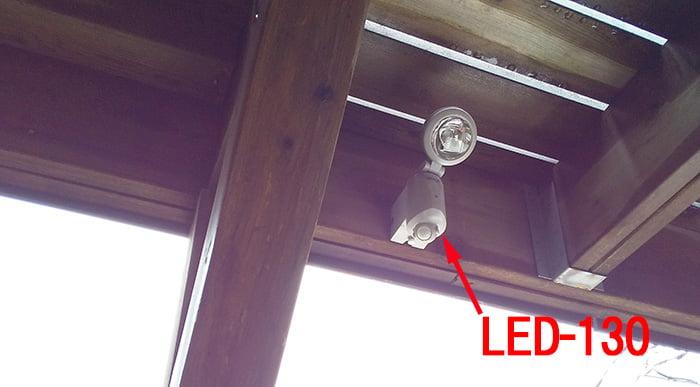 1Fデッキ天井(2Fデッキ裏)のLED-130を撮影した写真画像