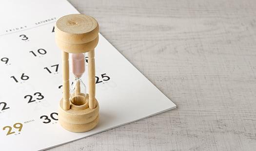 挿絵:膨大な時間をイメージさせる砂時計の写真画像