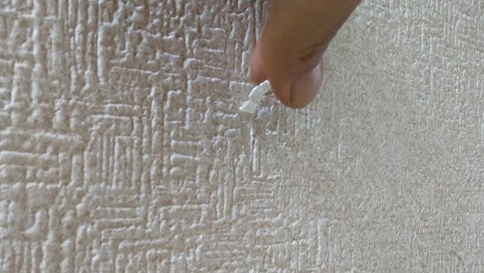 クロス補修解説箇所:ちょっとしたクロスの剥がれをやや斜めから撮影した写真画像